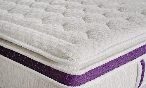 un materasso con il bordo viola