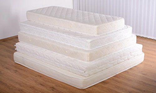 dei materassi di diverse dimensioni uno sopra l'altro