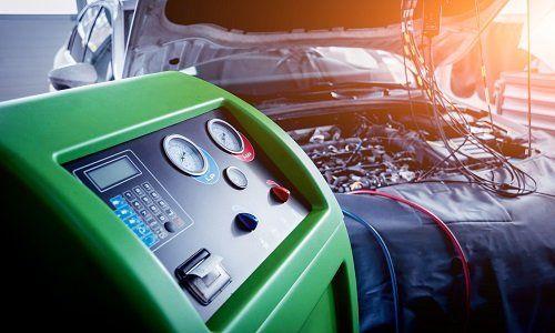 un macchinario che ricarica l'aria condizionata dei veicoli