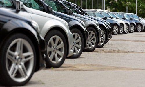 delle macchine parcheggiate le une accanto alle altre