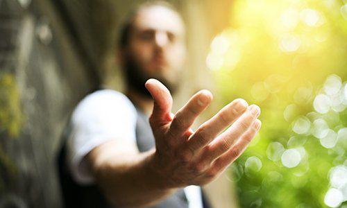 Dare una mano, chiedere o offrire aiuto close-up shot di un uomo caucasico in un vestito di affari