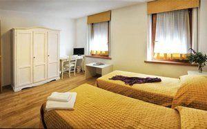camera con due letti con coperte gialle