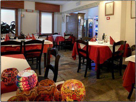 Tavoli da pranzo con tovaglie bianche e rosse