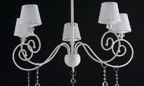 un lampadario bianco