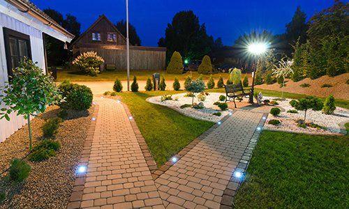 un cortile con dei sentieri illuminati