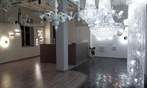 dei lampadari di cristallo e di altri tipi