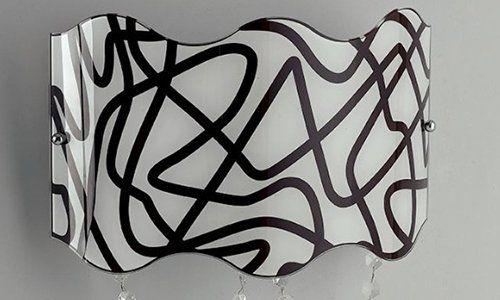 una plafoniera bianca a righe nere