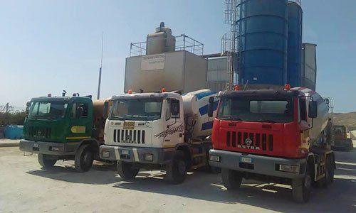 tre camion parcheggiati