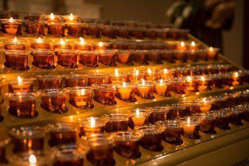 delle candele accese in memoria di qualcuno