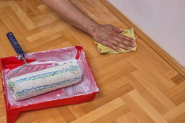 mano rifinisce installazione pavimento a mosaico