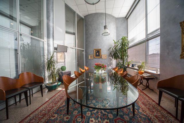 tavolo di vetro con sedie in un elegante studio