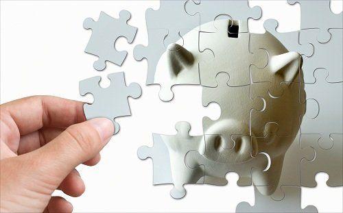 una mano e dei pezzi di puzzle