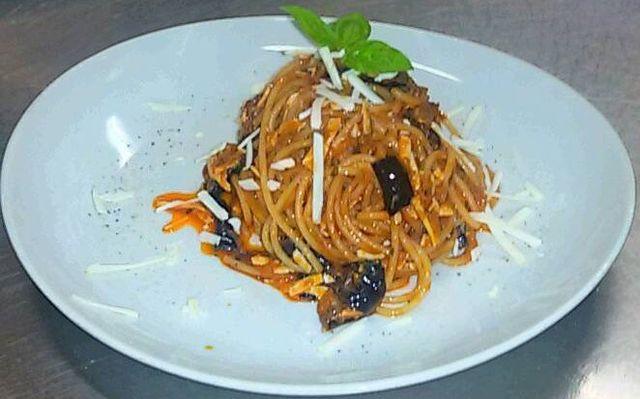 piatto di pasta fresca con verdure ed erba salvia a Viareggio