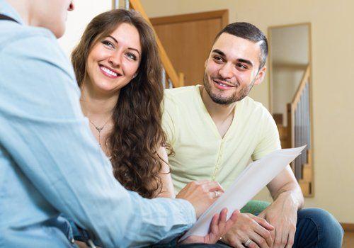 coppia durante una consulenza assicurativa