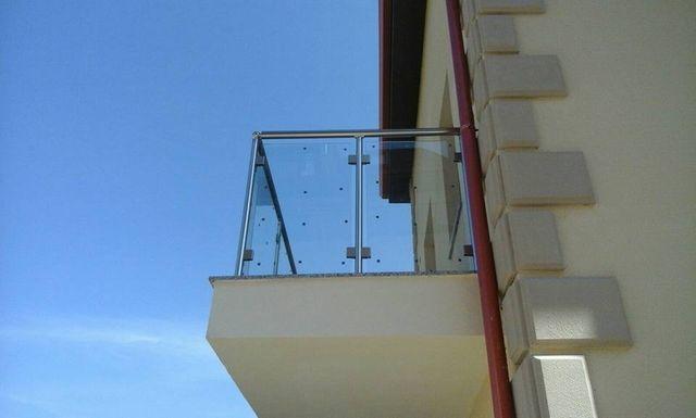 esterno di una casa con il balcone