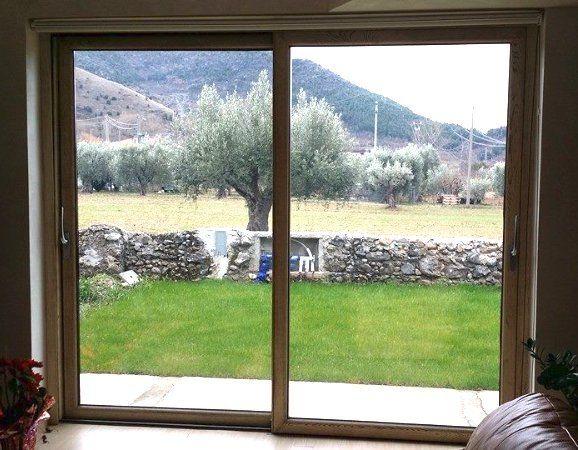 finestra ampia che si affaccia su giardino