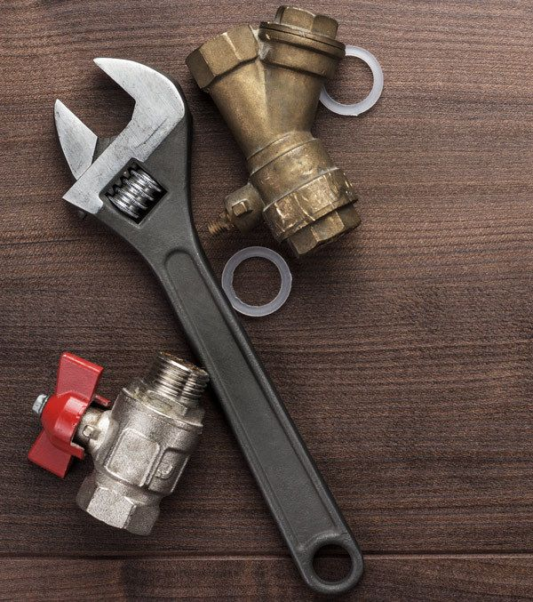 Plumber holding the pipe wrench