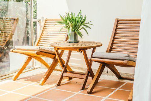 poltrone e tavolo in legno per esterno