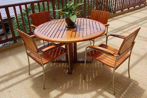 tavolo rotondo e sedie in legno con un vaso al centro