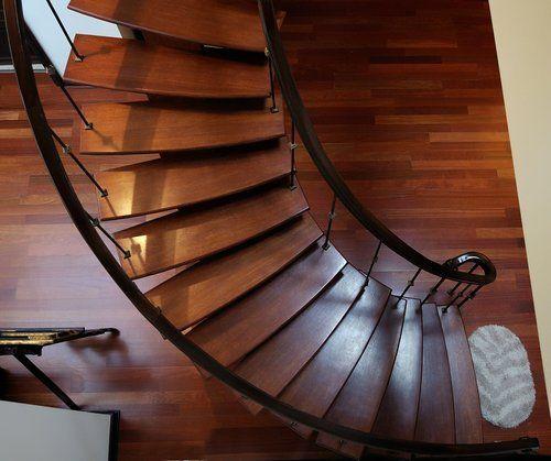 vista dall`alto di una scala a chiocciola in legno