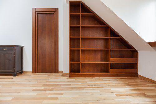 arredamento di una casa con mobili in legno