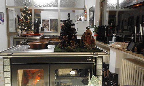 esposizione forni con atmosfera natalizia