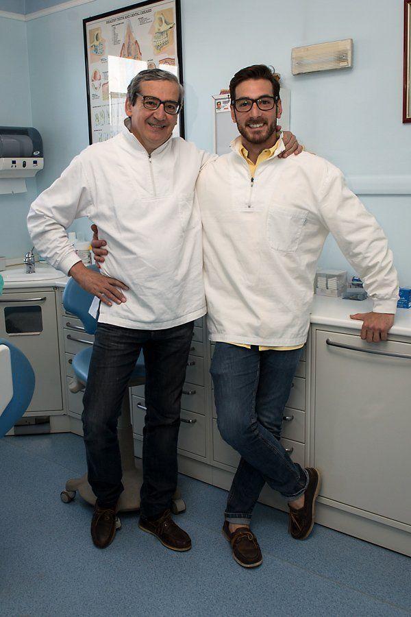 due dentisti in posa per una foto in uno studio