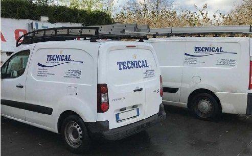dei furgoni con scritto Tecnical