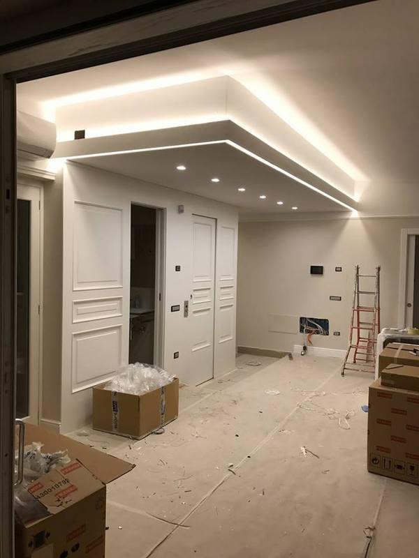 un appartamento in fase di ristrutturazione e delle luci a soffitto
