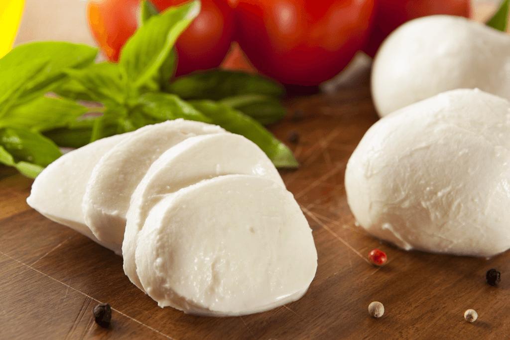 Mozzarella fresca su tagliere con pomodoro e basilico