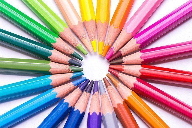 Insieme di matite colorate in cerchio