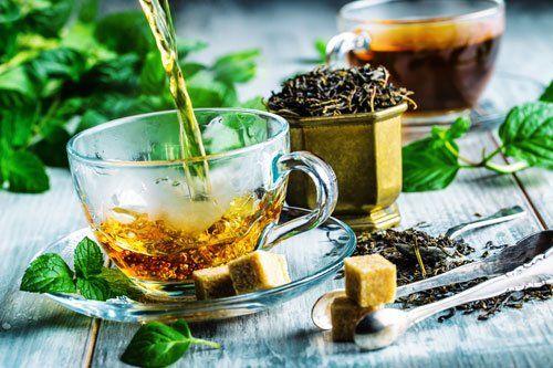 una tazza con una tisana e di fianco altri aromi