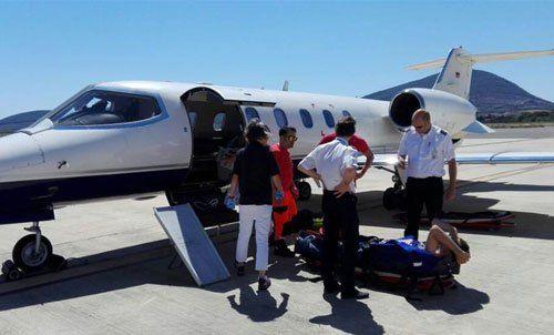 gruppo di soccorritori durante una prova di salvataggio accanto un aereoplano