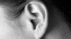 orecchio di una donna