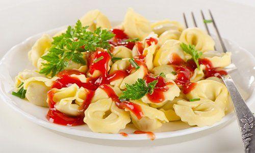 Calabro-005 un piatto di pasta con pomodorini e delle olive nere