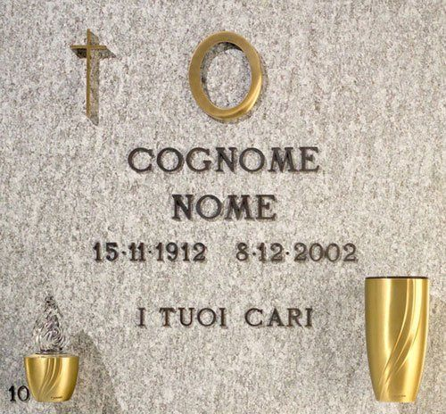 Un esempio di una lapide con scritto cognome, nome con delle date scritte e i tuoi cari