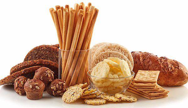 del pane integrale, muffin al cioccolato, grissini e cracker