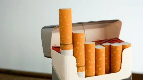 delle sigarette in un pacchetto
