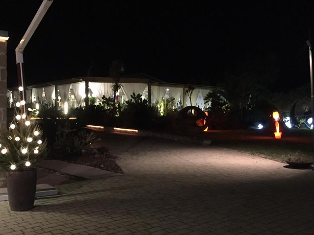 un giardino durante la sera e vista di un ristorante illuminato