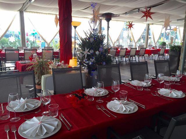 delle tavolate apparecchiate e decorazioni natalizie
