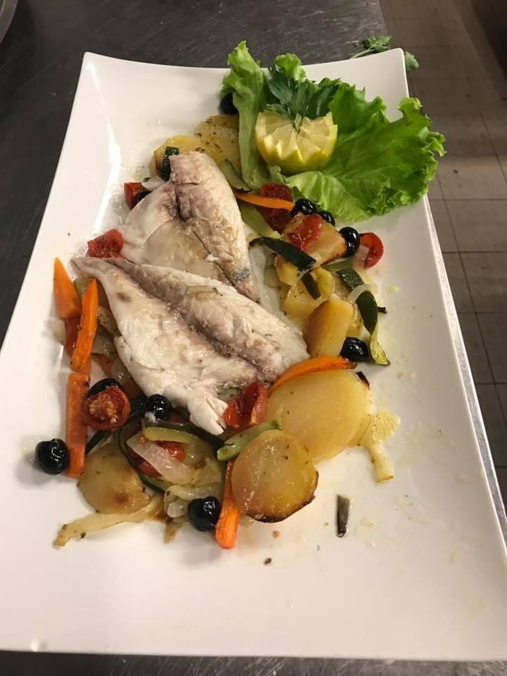 un piatto a base di pesce,patate e verdura