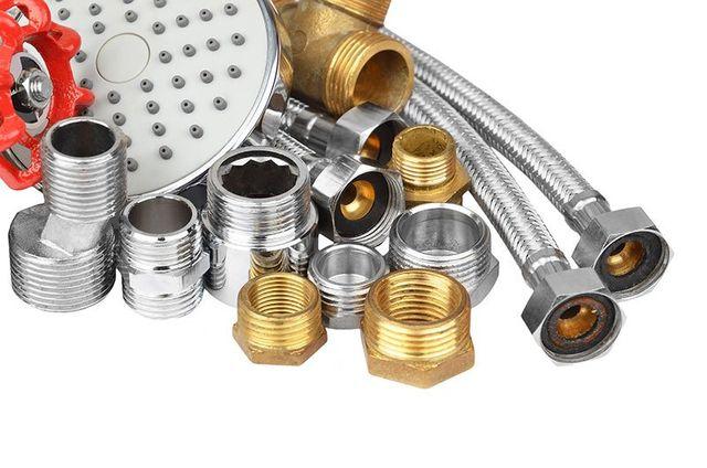 Dei bulloni e dei tubi in metallo