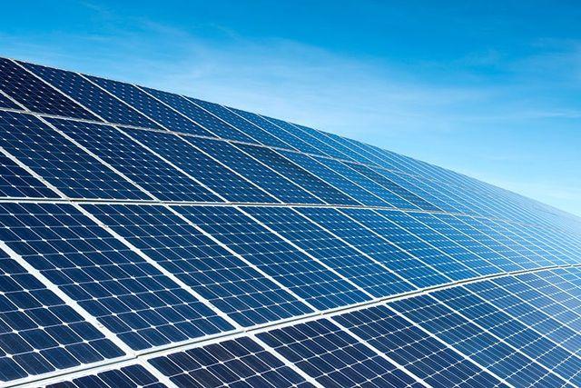 Dei pannelli solare su un tetto