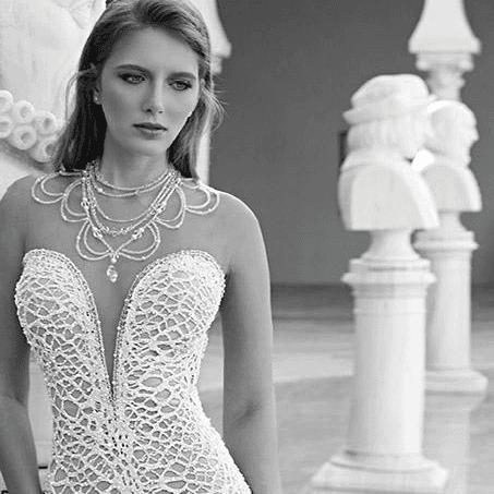 una donna con un abito bianco e una collana