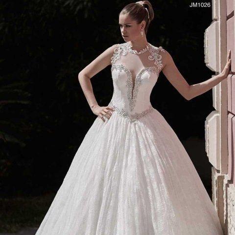 una donna con un abito da sposa in posa