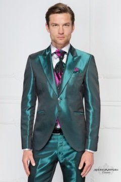 un uomo con un completo di color verde smeraldo satinato