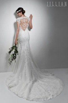 una donna con un abito da sposa sulle scale