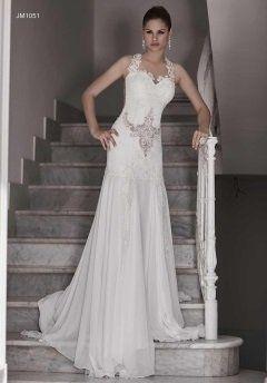 una donna con abito da sposa in posa sulle scale