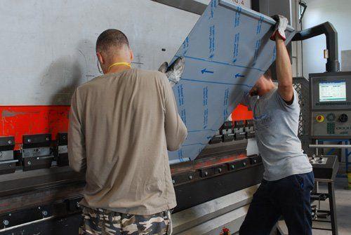 operai mentre lavorano su un pannello