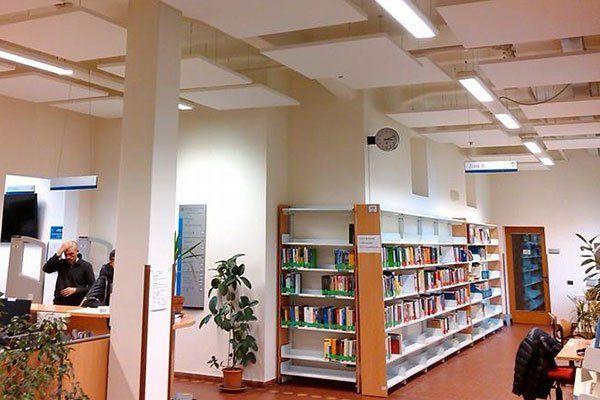 interno di un ufficio con una libreria in vista